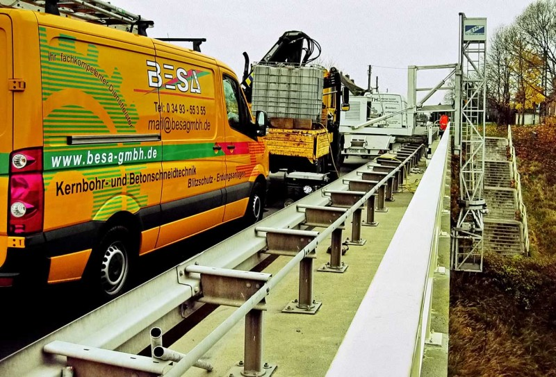 Kernbohrarbeiten auf einer Brücke